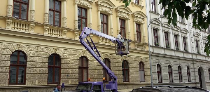 Práce ve výškách - montážní plošinou Praha